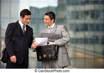 dwa, prawnicy, dyskutując, outdoors
