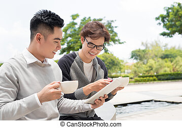 dwa, radosny, asian handlowy, ludzie, dyskutując, z, dokumenty