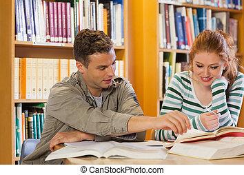 dwa, uśmiechanie się, studenci, badając, razem