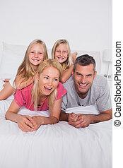 dwojaczki, rodzice, ich, leżący, łóżko