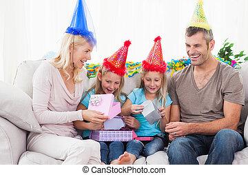dwojaczki, urodzinowy dar, rodzice, ich, rozwijając