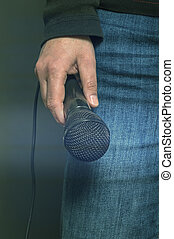 Dynamic microphonee in hand