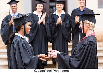 dyplom, absolwent, amerykanka, samiczy afrykanin, odbiór