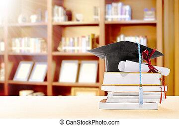 dyplom, skala, książki, kapelusz, półka na książki, stół, woluta