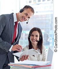 dyrektor, środek, pracujący, rozmowa telefoniczna, kobieta interesu