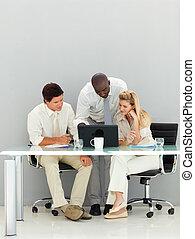 dyskutując, ludzie, biuro, handlowy