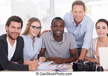 dyskutując, nowy, projekt, razem., grupa, od, radosny, handlowy zaludniają, posiedzenie razem, na stole, i, dyskutując, coś