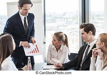 dyskutując, wykresy, handlowy zaludniają
