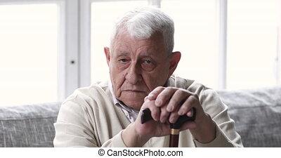dziadek, samotny, czuły, stary, niepełnosprawny, indoors., udaremniony