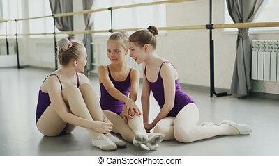dzieciństwo, balet, po, posiadanie, taniec, lekki, concept., posiedzenie, szkoła, odpoczynek, studio, śmiejąc., mówiąc, podłoga, wewnętrzny, emocjonalny, lekcja, dzieci, szczęśliwy