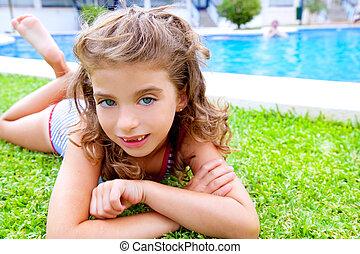 dzieci, dziewczyna, leżący, na, kałuża, trawa, w, lato