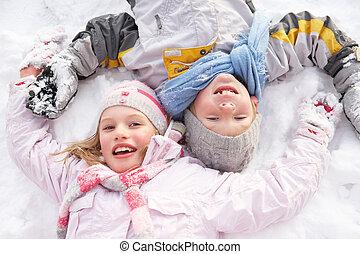 dzieci, kładąc, na, gruntowy, zrobienie, śniegowy anioł