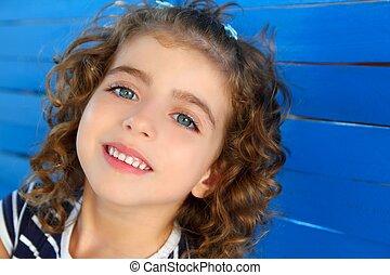 dzieci, mała dziewczyna, uśmiechanie się, na, drewniany, błękitna ściana