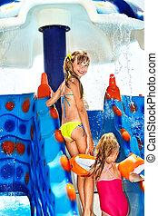 dzieci, na, woda poślizg, na, aquapark.