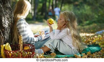 dzieci, park, jesień