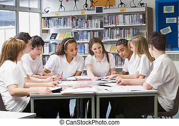 dzieci w wieku szkolnym, badając, biblioteka, szkoła