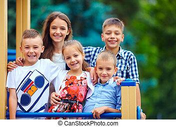 dzieciaki, grupa, plac gier i zabaw, zabawa, posiadanie, szczęśliwy