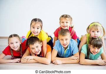 dzieciaki, leżący, podłoga