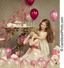dzieciaki, małe dziewczyny, czapka przypatruje się z rękami, dzieci, urodzinowe prezenty, balony, dar boks, retro tytułują, celebrowanie