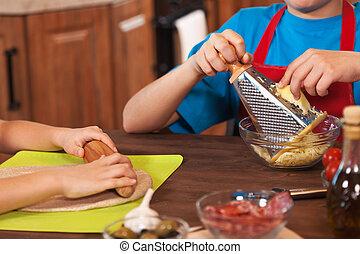 dzieciaki, płytki, -, razem, głębokość, closeup, przygotowując, siła robocza, pizza