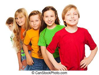 dzieciaki, piątka, koszule, barwny, szczęśliwy