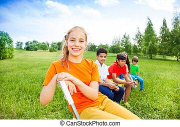 dzieciaki, pozować, krzesła, piątka, outdoors, szczęśliwy, hałas