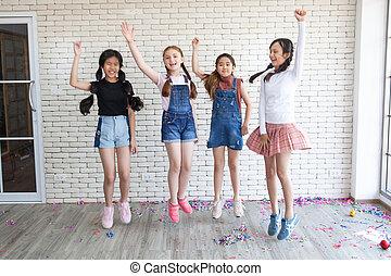 dzieciaki, skok, grupa, klasa, szkoła