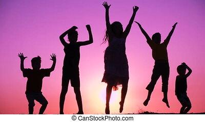 dzieciaki, sylwetka, rodzina, skokowy, piątka, wschód słońca