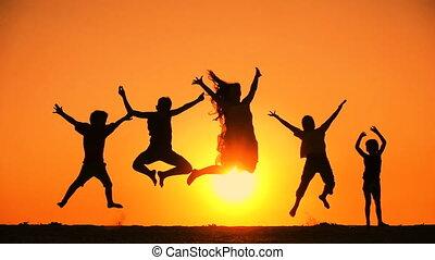dzieciaki, sylwetka, rodzina, skokowy, piątka, zachód słońca