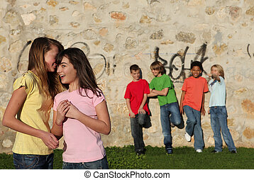 dzieciaki, szeptanie, flirtując, naście