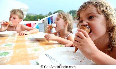 dzieciska jedzenie, posiedzenie, lód, balkon, śmietanka