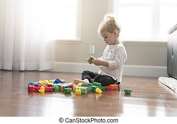 dziecko, dziewczyna, gmach, z, zabawkarskie kloce, w kraju