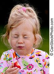 dziecko jedzenie, niejaki, truskawka, w ogrodzie