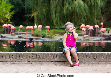 dziecko, oglądając, zwierzęta, i, ptaszki, na, przedimek określony przed rzeczownikami, ogród zoologiczny