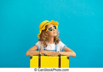 dziecko, portret, żółte tło, szczęśliwy, przeciw, walizka, błękitny
