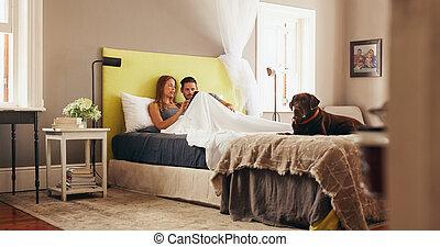 dzielenie, odprężając, tabliczka, para, młody, łóżko, znowu, cyfrowy