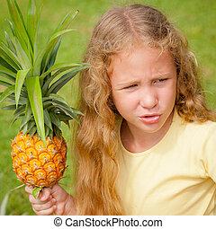 dzierżawa, dziewczyna, mały, ananas, szczęśliwy, siła robocza
