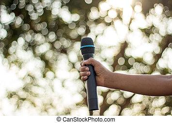 dzierżawa, przeciw, mikrofon, śpiew, contest., jednorazowy, ręka, barwny, tło