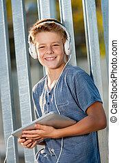 dzierżawa, teen chłopiec, outdoors., sprytny, tabliczka
