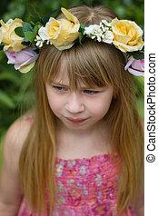 dziewczyna, 6, lata stare, z, kudły, chodząc, korona
