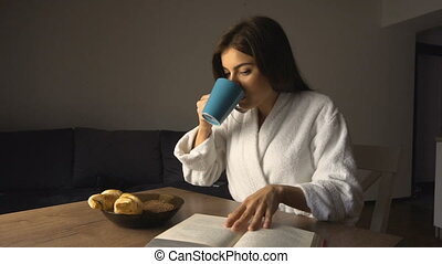 dziewczyna, czyta, książka, znowu, posiadanie, śniadanie