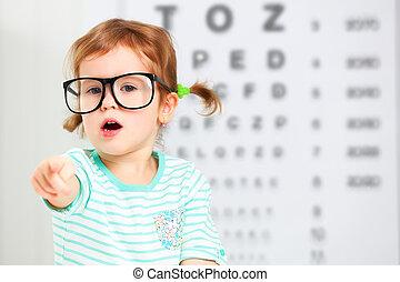 dziewczyna, dziecko, widzenie, testing., monokle, pojęcie