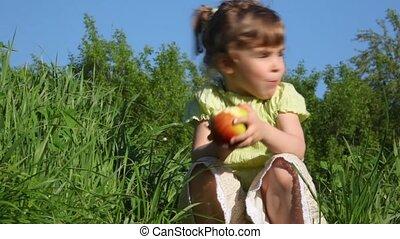 dziewczyna, jedzenie jabłko, łąka