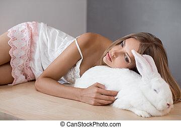 dziewczyna, kładąc, z, jego, pieszczoch, cielna, królik