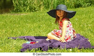 dziewczyna, koźlę, łąka, odprężając, dziecko