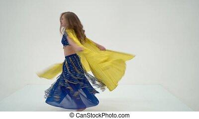 dziewczyna, kostium, taniec, skrzydełka, taniec, brzuch, blondynka, orientalny