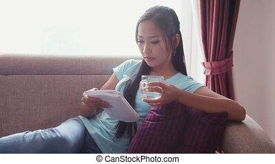 dziewczyna, książka, picie, czytanie, woda