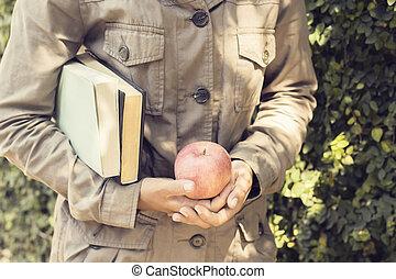 dziewczyna, książki, jabłko