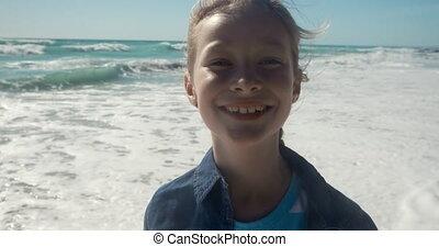 dziewczyna, młody, aparat fotograficzny, patrząc