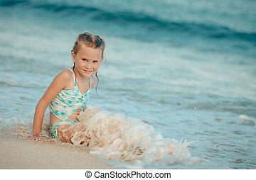 dziewczyna, mały, bryzgając, morze, szczęśliwy